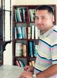 En ung man med böcker Fotografering för Bildbyråer