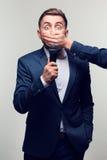 en ung man med en mikrofon Arkivfoton