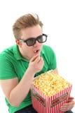 En ung man med exponeringsglas 3D och ett popcorn ösregnar Royaltyfri Fotografi