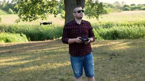 En ung man med en fjärrkontroll! stock video