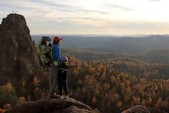 En ung man med hans söner står överst av berget fotografering för bildbyråer