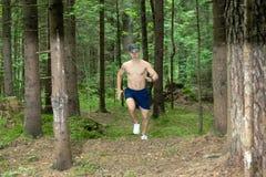 En ung man med en muskulös kal bröstkorg royaltyfria foton