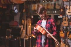 En ung man med en ukulele royaltyfria foton