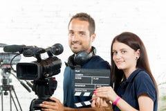 En ung man och en ung kvinna med kameran arkivfoton