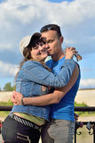 En ung man omfamnar flickan på bakgrunden av Treenighet C royaltyfri foto