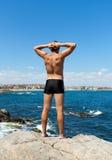 En ung man på en lutning vid havet royaltyfria bilder