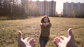 En ung man rymmer handen av hans härliga fru De är le och jätteglade Första personskytte för video stock video