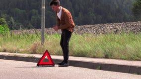 En ung man sätter ett nöd- tecken lager videofilmer