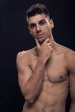 En ung man, shirtless abs förkroppsligar handframsidahuvudet Royaltyfri Bild