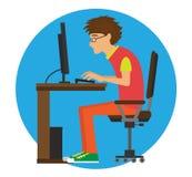 En ung man sitter på datoren Royaltyfria Bilder