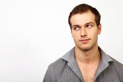 En ung man som åt sidan ser fotografering för bildbyråer