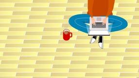 En ung man som hemifrån arbetar med hans bärbar dator Arkivfoto