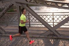 En ung man som joggar i staden royaltyfri fotografi