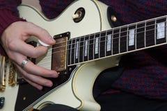 En ung man som spelar gitarren Royaltyfri Fotografi
