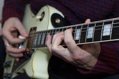En ung man som spelar gitarren Royaltyfria Bilder