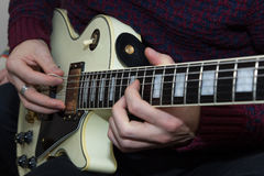 En ung man som spelar gitarren Arkivbilder