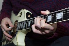 En ung man som spelar gitarren Royaltyfri Foto