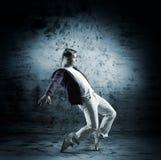 En ung manlig dansare som utför i vit kläder Arkivbilder