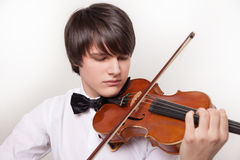 En ung musiker spelar fiolen arkivfoton