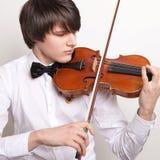 En ung musiker spelar fiolen Arkivbild
