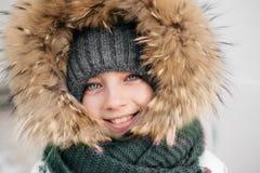 En ung nätt flicka utomhus Arkivbilder