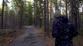 En ung passformman som joggar i ett härligt, parkerar ultrarapid arkivfilmer