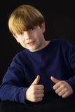 En ung pojke ger godkännandet Arkivfoton
