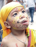 En ung pojke som äter i festival av kor (Gaijatra) Arkivbilder
