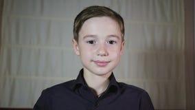 En ung pojke som ger en virtuell verklighethörlurar med mikrofon lager videofilmer