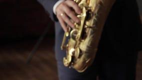 En ung saxofonist stock video