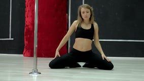 En ung sexig sexig danskvinna, en poly dansdans i korridoren runt om polen Fotografering för Bildbyråer