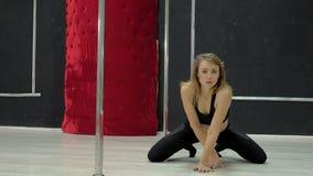 En ung sexig sexig danskvinna, en poly dansdans i korridoren runt om polen Arkivbild