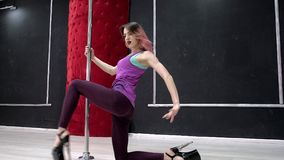 En ung sexig sexig danskvinna, en poly dansdans i korridoren runt om polen Arkivbilder