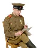 En ung sovjetisk tjänsteman som isitting, läste en newpaper royaltyfri bild