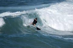 En ung surfare kommer in igen vågkammen Royaltyfri Foto