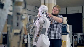 En ung tekniker demontera ett robothuvud stock video