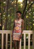 En ung vuxen människa, lycklig le kvinna för svart afrikansk amerikan 20- Royaltyfria Foton