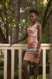 En ung vuxen människa, lycklig le kvinna för svart afrikansk amerikan 20- Arkivbilder