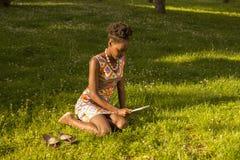 En ung vuxen människa, svart afrikansk amerikankvinna 20-29 år, sitt Arkivbilder