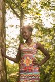 En ung vuxen människa, svart afrikansk amerikankvinna 20-29 år som är stan Royaltyfri Fotografi