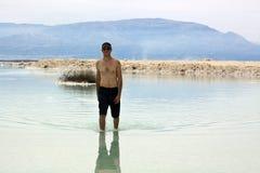 Turist på det döda havet Fotografering för Bildbyråer