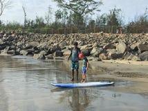 En unge som instrueras för att surfa Royaltyfri Foto