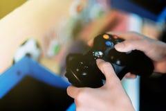 En unge som spelar leken arkivfoton