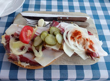 En ungersk smörgås med svinfett och grönsaker Arkivfoto