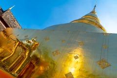 En unik guld- chedi med elefantstatyn på den Wat Prasing templet arkivbild