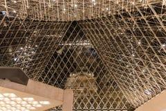 En unik sikt från inre den glass pyramiden, Louvremuseum arkivfoton