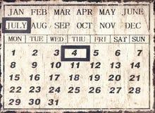En universell kalender för tappningstil med datumuppsättningen till Juli 4th Royaltyfria Bilder