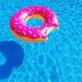 En uppblåsbar flotte för munk i en simbassäng Royaltyfria Bilder