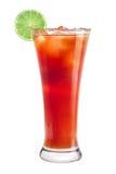 En uppfriskande alkoholiserad coctail dekoreras från en limefrukt Röd coctail på en vit bakgrund Royaltyfri Foto