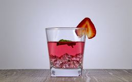 En uppfriskande drink av jordgubbefruktsaft med ett mintkaramellblad arkivfoto